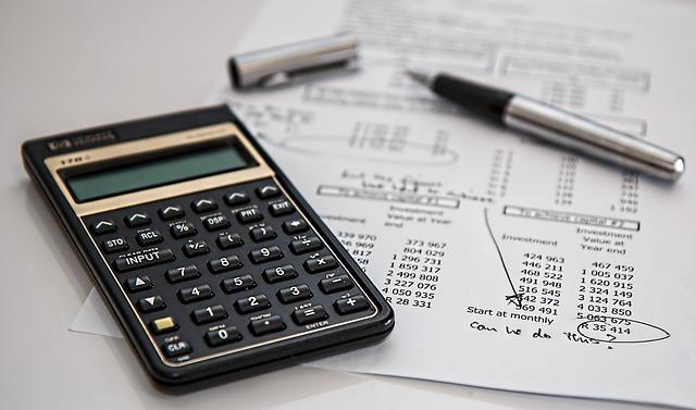 Taschenrechner auf einer Rechnung