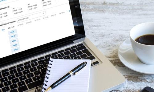 Notebook mit einem Computer und einem Kugelschreiber