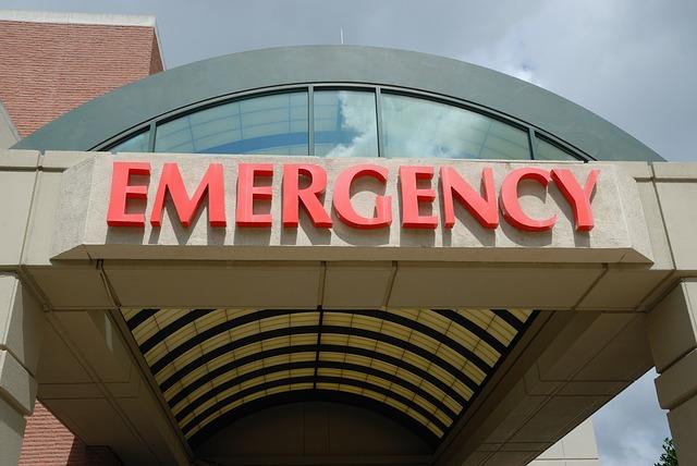 Klinikeingang mit der Aufschrift Emergency