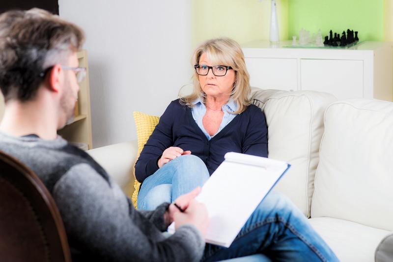 Frau unterhält sich mit Psychater und macht eine Supervision