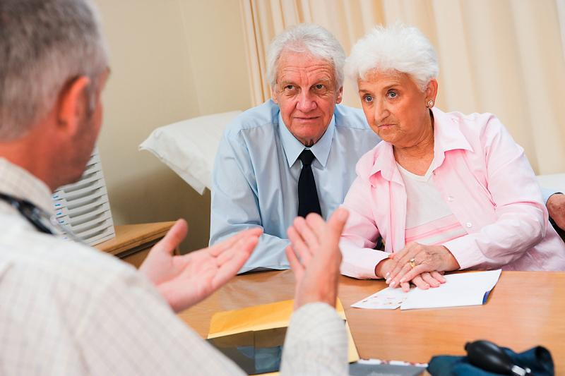 älteres Paar mit bedenklicheN Minen beim Arzt