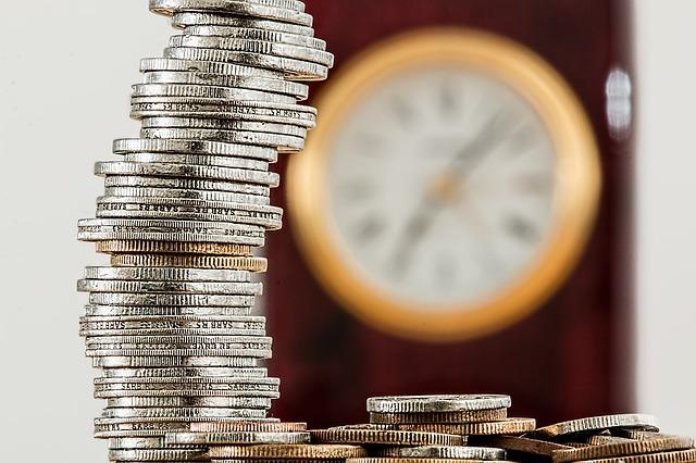 Münzen und Uhr