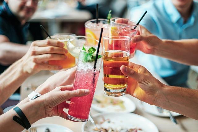 Junge Leute stoßen mit Cocktails an