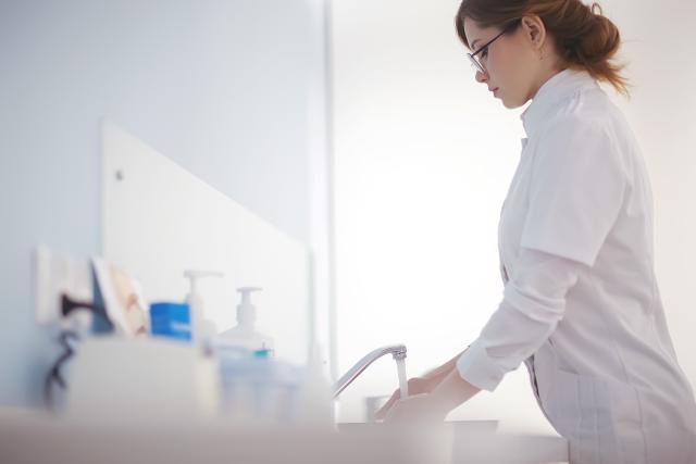 Ärztin wäscht sich die Hände