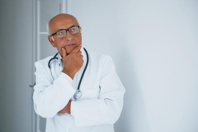 Arzt schaut nachdenklich