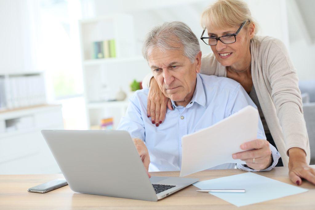 Ehepaar sitzt vor einem Notebook
