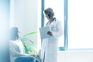 Ärztin mit Patientin
