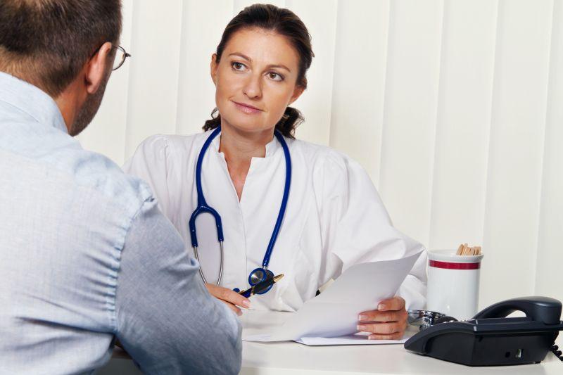 Arzt in Arztpraxis mit Patient. Gespräch und Beratung der Behandlung.