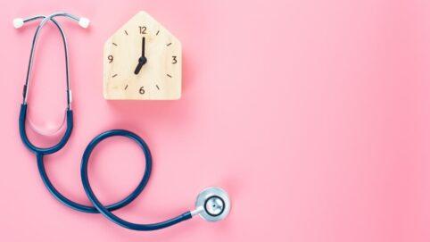 Uhr und Stethoskop