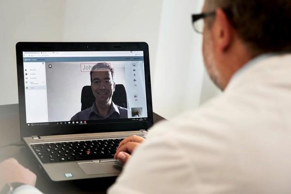 Arzt hält Videosprechstunde ab