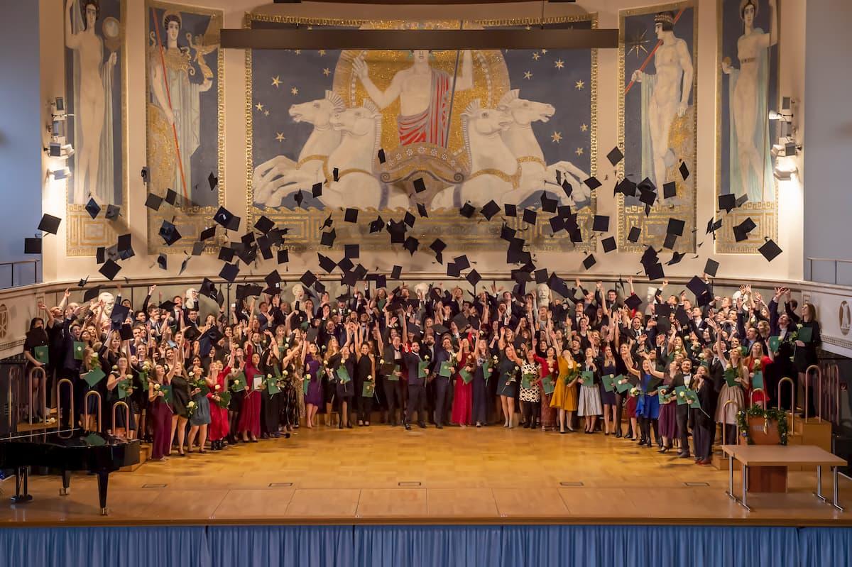 Medizinabsolventen werfen Hüte