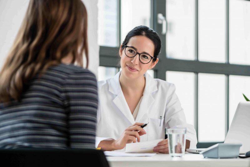 Ärztin im Gespräch mit Frau