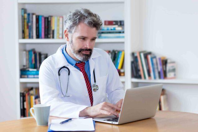 Arzt am Laptop