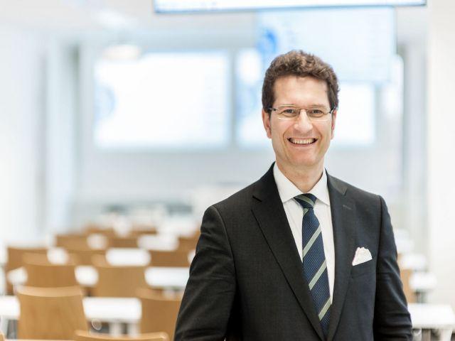 Prof. Dr. Hans-Jörg Fischer lehrt Steuer- und Wirtschaftsrecht an der FOM Hochschule