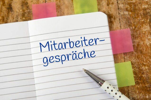 """Notizbuch mit dem Eintrag """"Mitarbeitergespräche"""""""