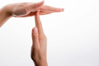 Hände machen Time-out-Zeichen
