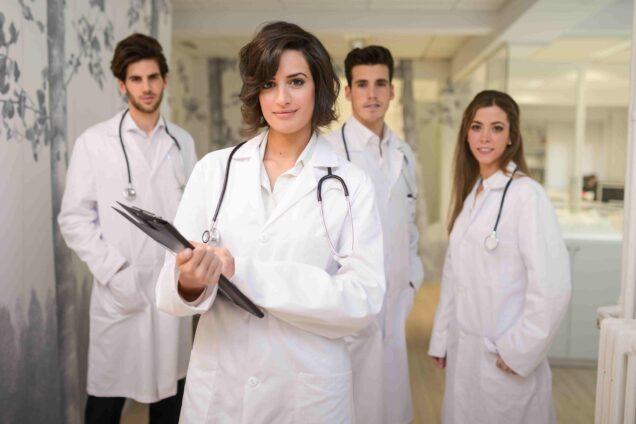 Gruppe von Ärzten und Ärztinnen