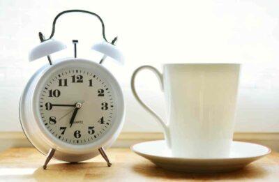 Wecker, Tasse, Uhr