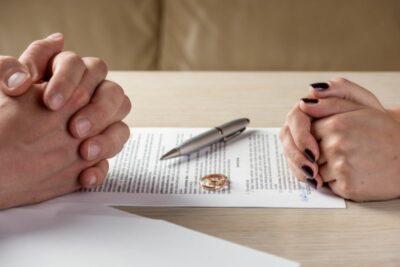 Hände eines Mannes und einer Frau auf einem Vertrag