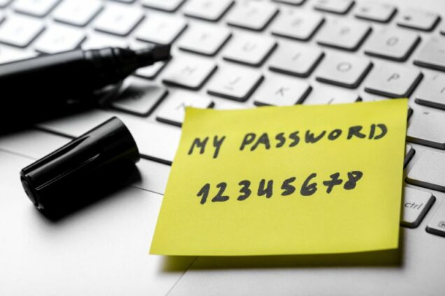 Zettel mit Passwort auf einer Computertastatur