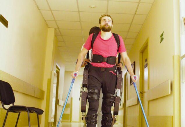 Mann läuft mit einem Exoskelett