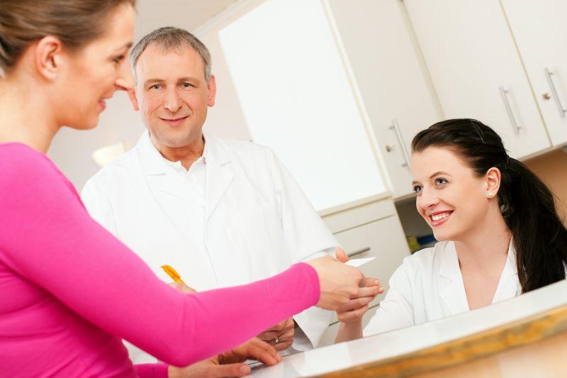 MFA, Arzt und Patientin am Empfang