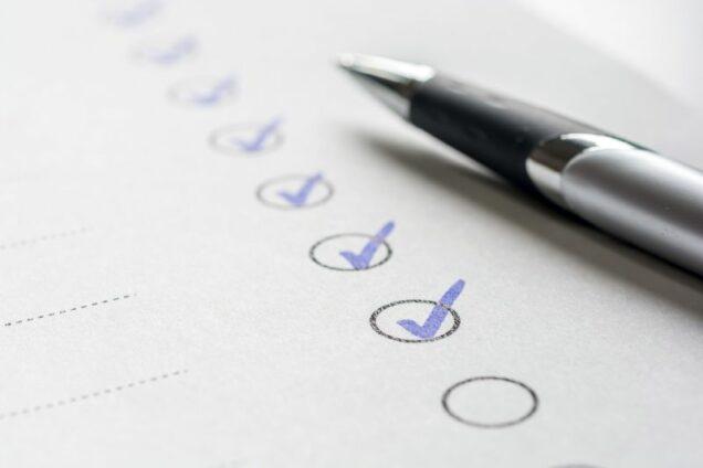 Checkliste mit Kugelschreiber