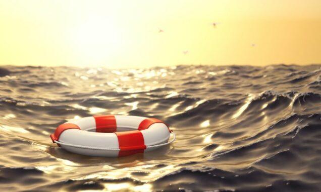 schwimmender Rettungsring im Meer