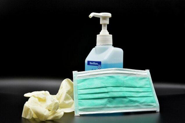 Mundschutz, Handschuhe, Desinfektionsmittel als Symbol für Hygienekonzepte