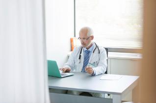 Arzt vor Laptop