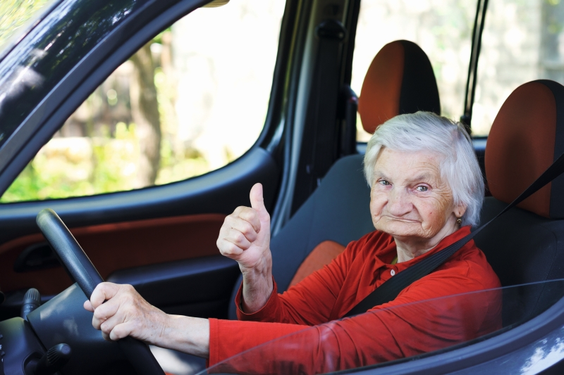 Seniorin im Auto