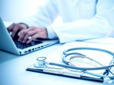 Arzt am Laptop mit Stethoskop
