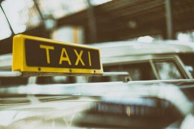 Taxischild auf einem Taxi
