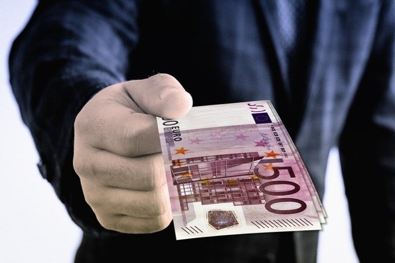 Mann mit 500 Euro Scheinen in der Hand
