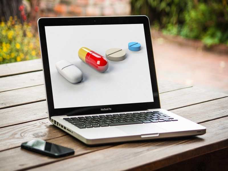 Laptop-Bildschirm mit Pillen