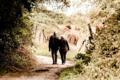 Senioren-Paar beim Spaziergang