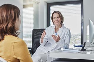 Ärztin spricht mit Patientin