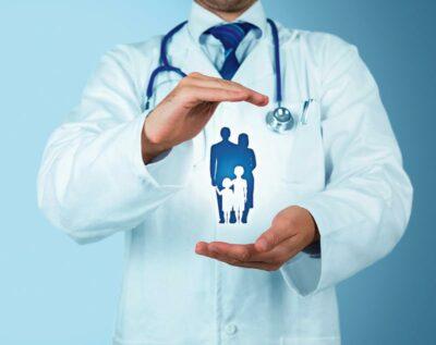 Arzt hält schützend seine Hände über Personen