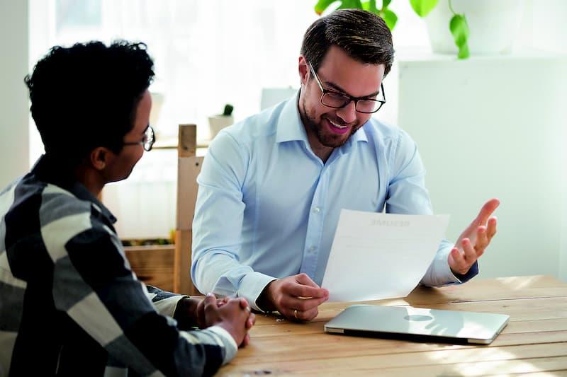 Chef und Angesteller im Mitarbeitergespräch