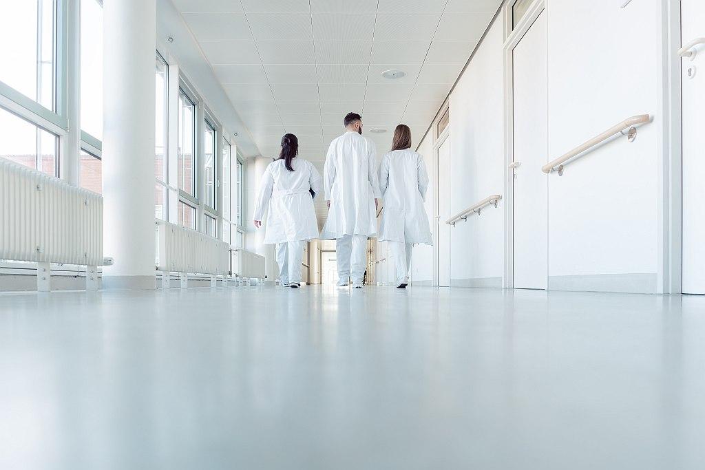Ärzte in einem Krankenhausflur