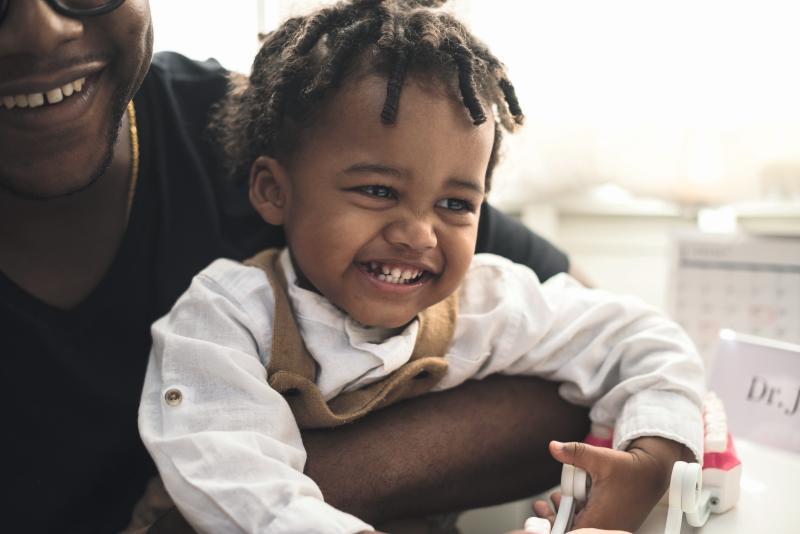 Schwarze Frau mit Kleinkind