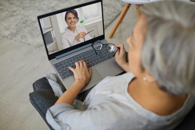 Patientin mit Laptop bei der Videosprechstunde