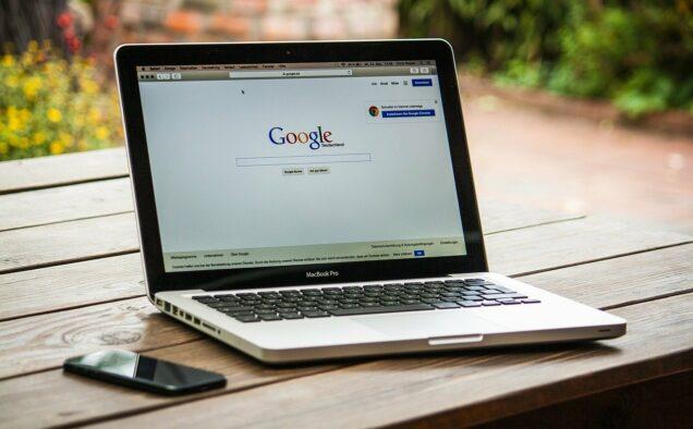 Aufgeklappter Laptop mit der google-Seite