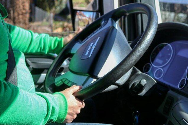 LKW-Fahrer am Steuer eines LKW