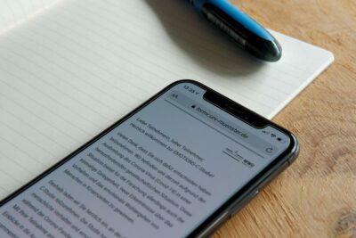 Smartphone mit Fragebogen
