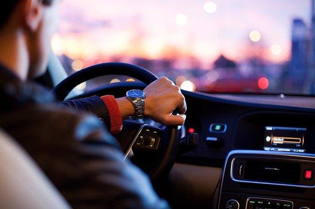 Mann im Auto hört Radio