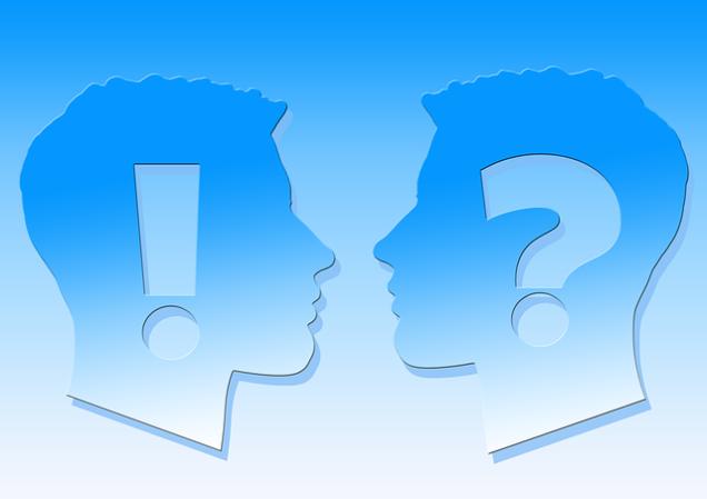 Ein Kopf mit Ausrufezeichen und einer mit Fragezeichen
