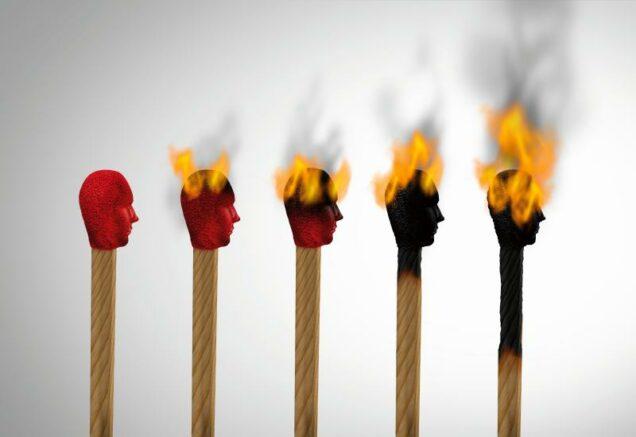 Zündhölzer mit menschlichen köpfen, die brennen