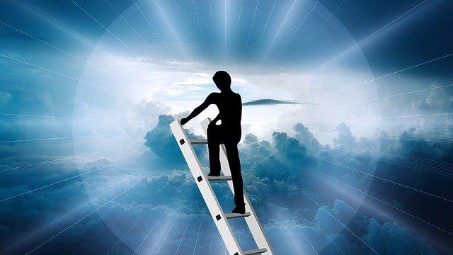 Mensch auf einer Leiter ins Jenseits