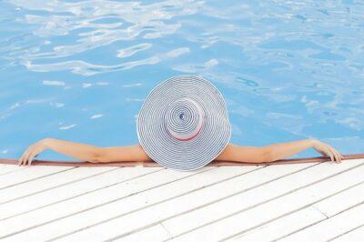 Frau in einem Pool